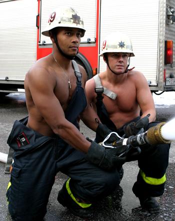 Vuxna män gör saker tillsammans